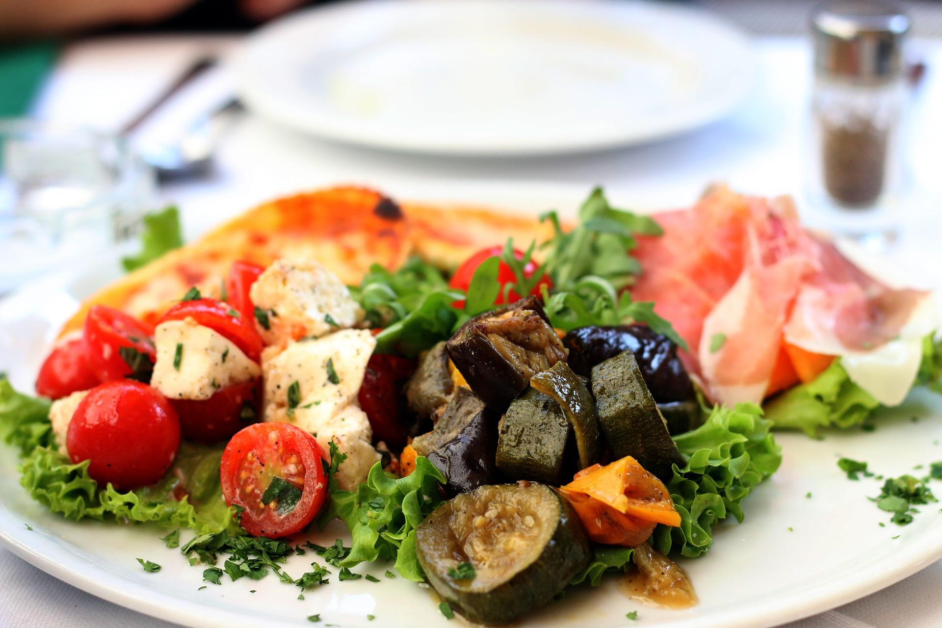 szynka parmeńska z grillowanymi warzywami i z kozim serem