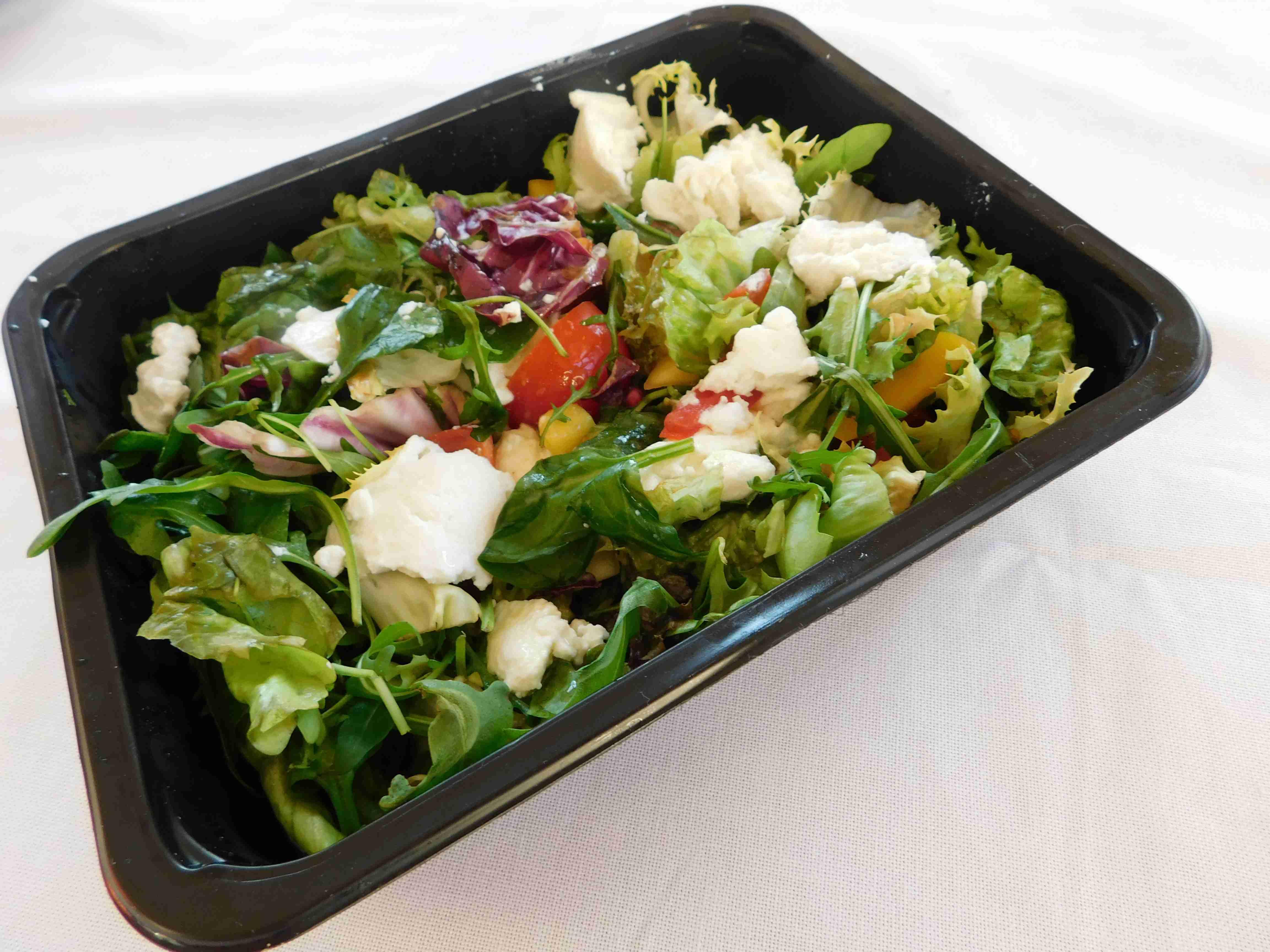 Świeże warzywa i porcja białka